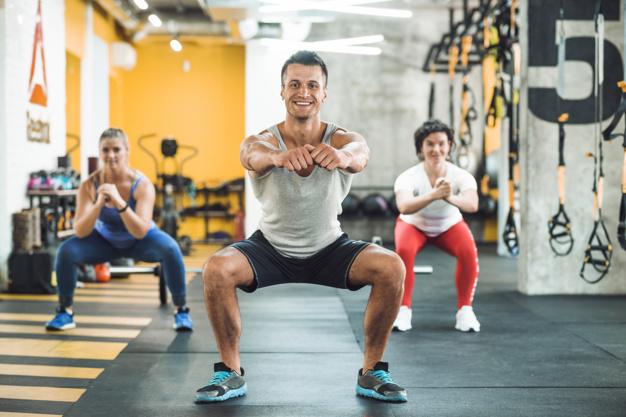 grupo-personas-haciendo-ejercicios-calentamiento-gimnasio_23-2147949530
